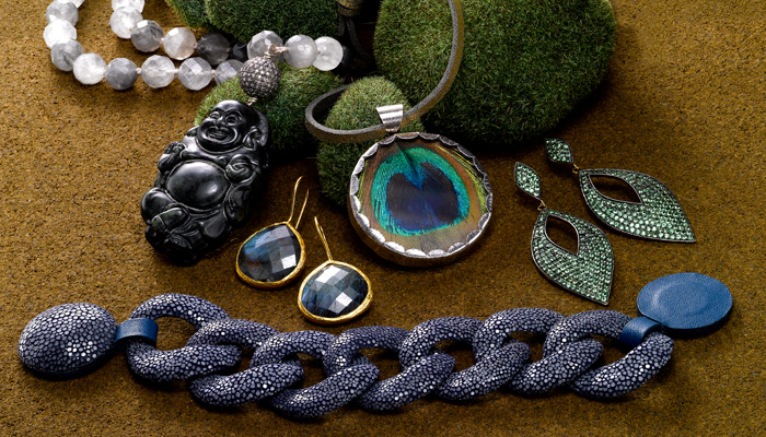 Jewelry trends in the shades of the season: designs in Labradorite, Shagreen and Tsavorite. 